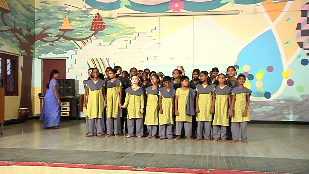 Un grupo de escolares dedica una canción al Lehendakari durante su visita al centro para niños y niñas con discapacidad [1:32]