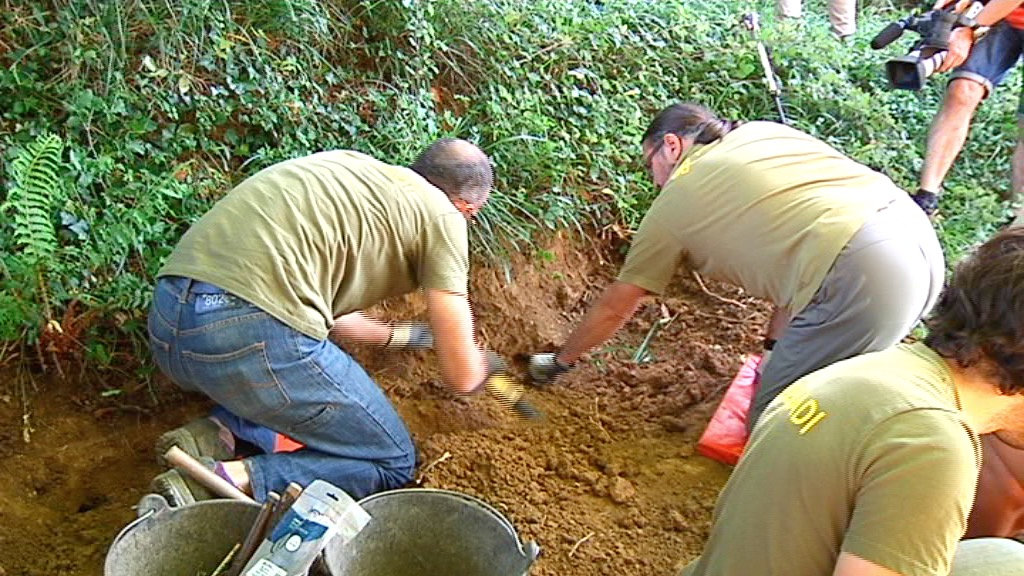 La directora de Derechos Humanos acude a la prospección de Mendata para desenterrar cuerpos de gudaris muertos durante la Guerra Civil [1:51]