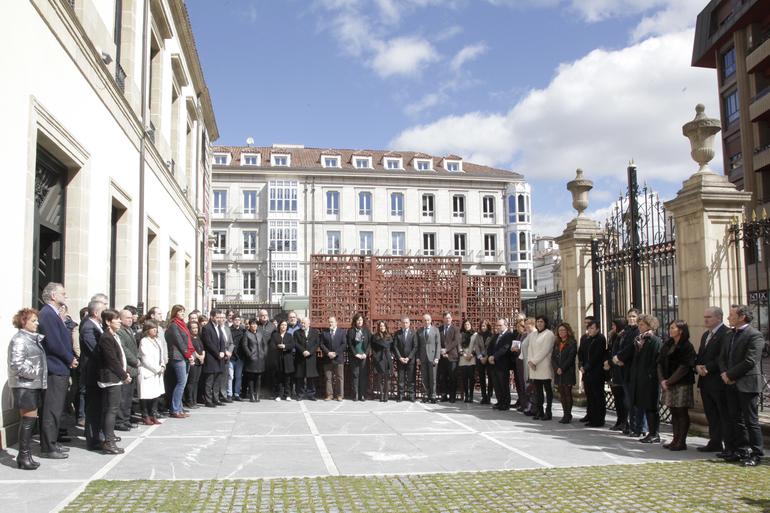 El Parlamento Vasco guarda un minuto de silencio por las víctimas de los atentados de Londres