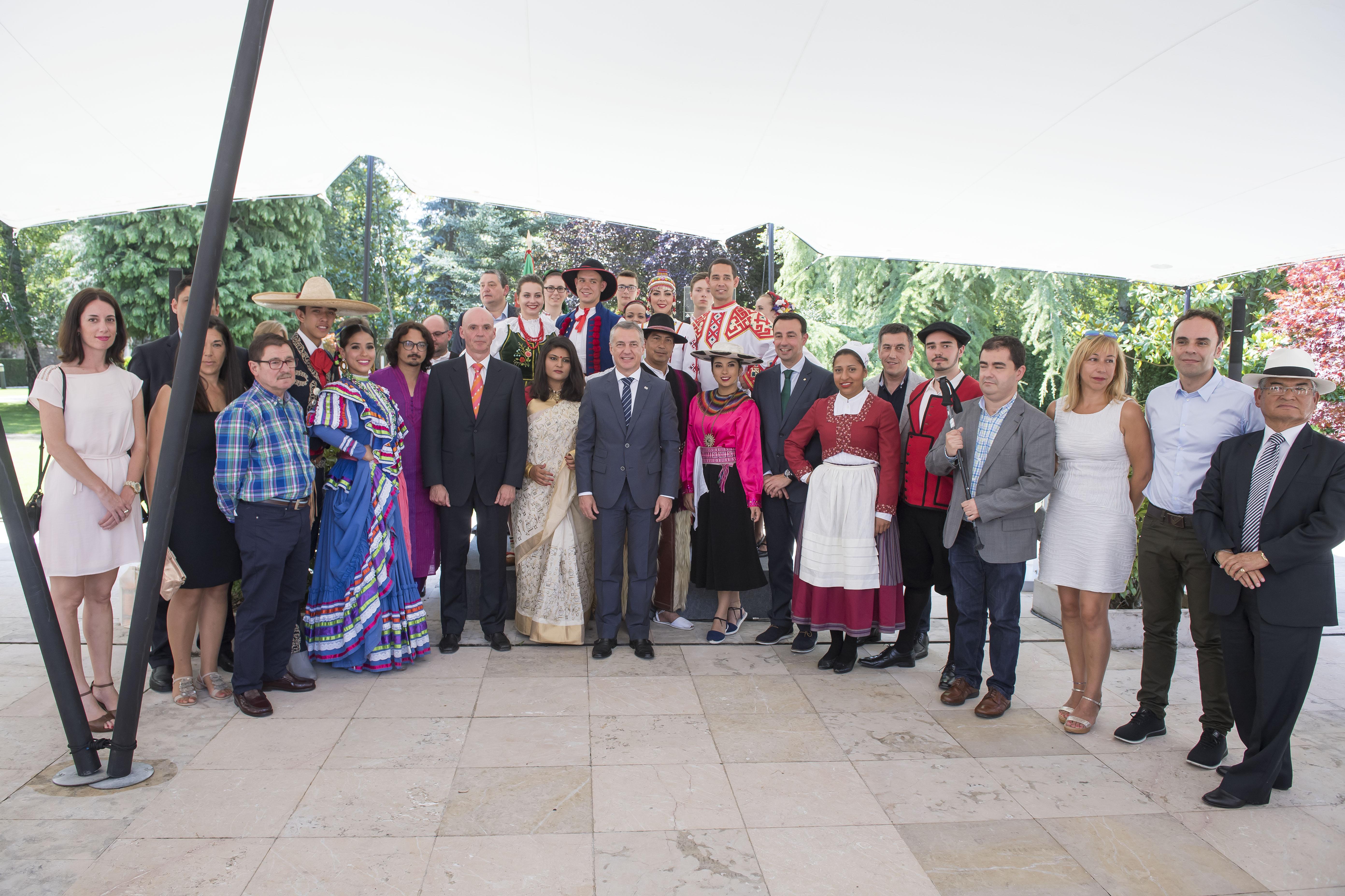 El Lehendakari ha recibido a las personas participantes y responsables del Festival Internacional de Folklore de Portugalete