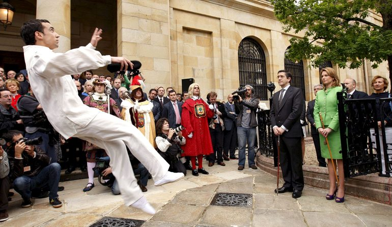 Patxi López took the oath of office as Lehendakari in front of the Tree of Gernika
