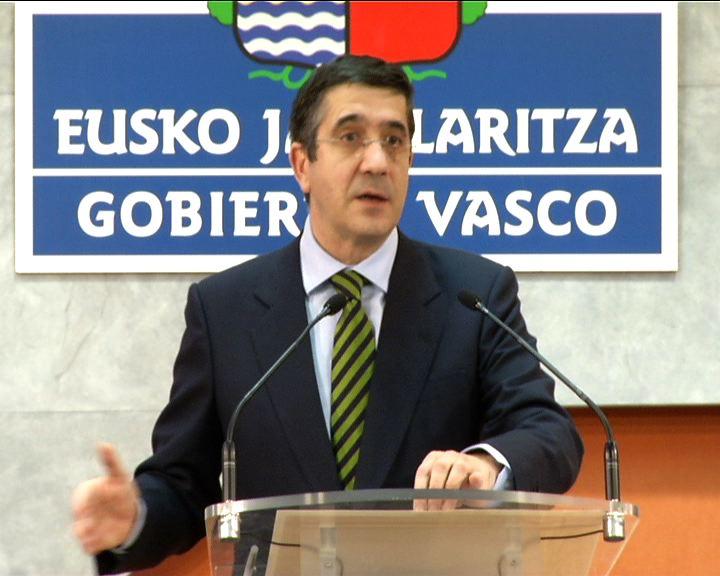 """El Lehendakari acusa al PNV de """"perjudicar a los vascos"""" al """"torpedear"""" la negociación de la transferencia de las políticas activas de empleo con el Gobierno central [0:49]"""