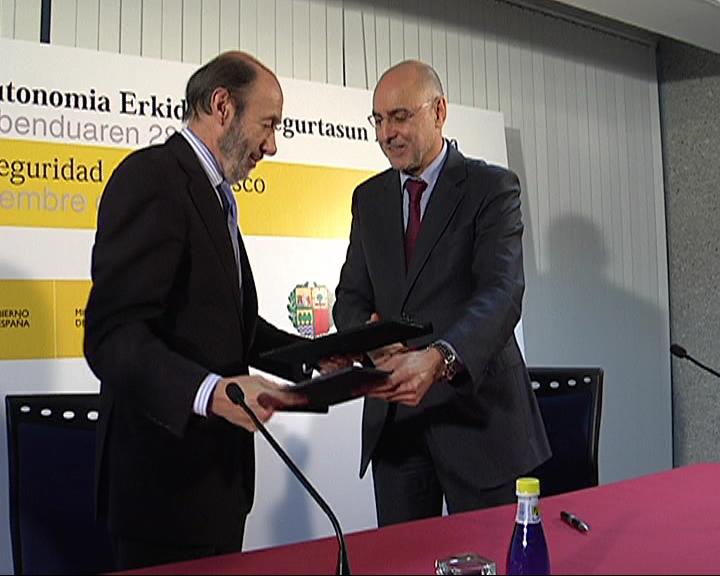 Ares y Rubalcaba acuerdan la incorporación de la Ertzaintza al Centro Nacional de Coordinacion Antiterrorista  [2:07]