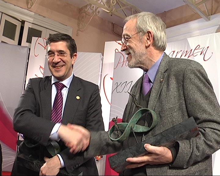 El Lehendakari recibe el Premio Carmen García Bloise [0:37]