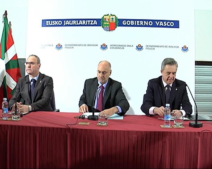 El Consejero de Interior comparece ante los medios para valorar la detención de cinco miembros de ETA [1:26]