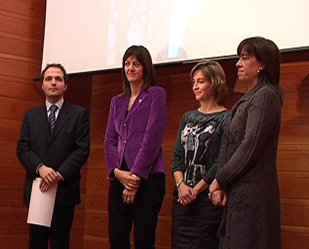 Idoia Mendia entrega los Premios Leizaola 2009 [0:35]
