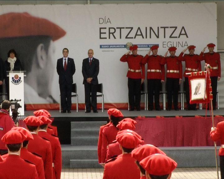 Lehendakariak esan du agenteek laster ez dutela jarraitu beharko ezkutatzen Euskadin ertzainak izatearen harrotasuna [2:32]