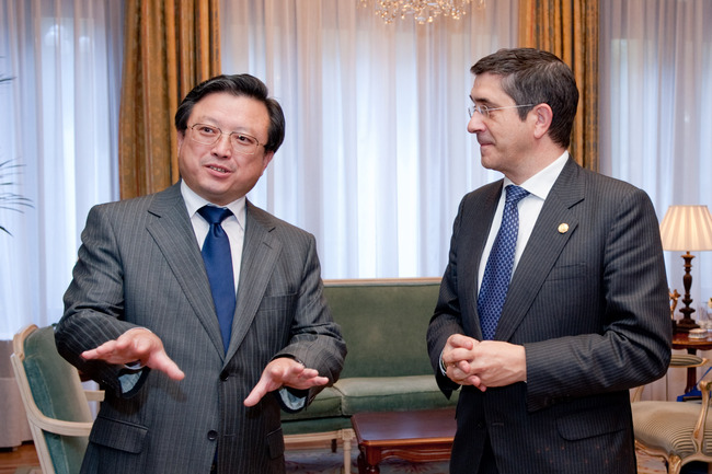 The Lehendakari receives the Chinese Ambassador at his official residence