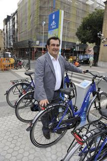 Odon Elorza y Ernesto Gasco han presentado el nuevo servicio ampliado de préstamo de bicicletas dBizi