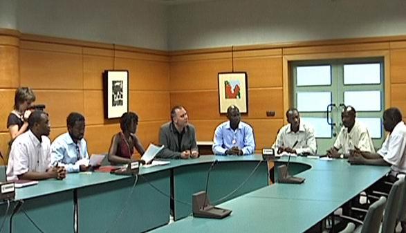 El director de Inmigración ha recibido a miembros del cuerpo diplomático senegalés para tratar sobre la agresión racista de Lantarón [0:34]