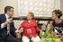 El Lehendakari entrega un ramo de flores a Luccy, una vasca residente en Boise de 105 años