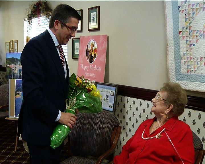 El Lehendakari entrega un ramo de flores a Luccy, una vasca residente en Boise de 105 años [10:52]