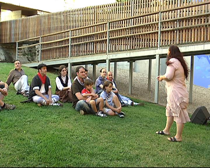 """Un grupo de cuenta cuentos conmemora el Año Jacobeo en Gasteiz, dentro del programa """"Un camino que cuenta"""" [0:51]"""