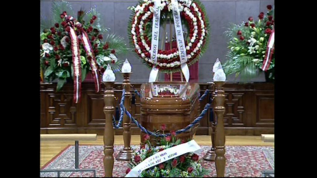 El Lehendakari y la consejera de Justicia acuden a la capilla ardiente por el viceconsejero José Manuel Fínez [1:00]