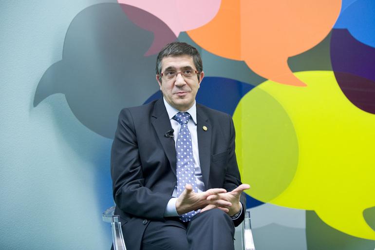 El Lehendakari, Patxi López, en una Twitterentrevista anterior, en Lehendakaritza