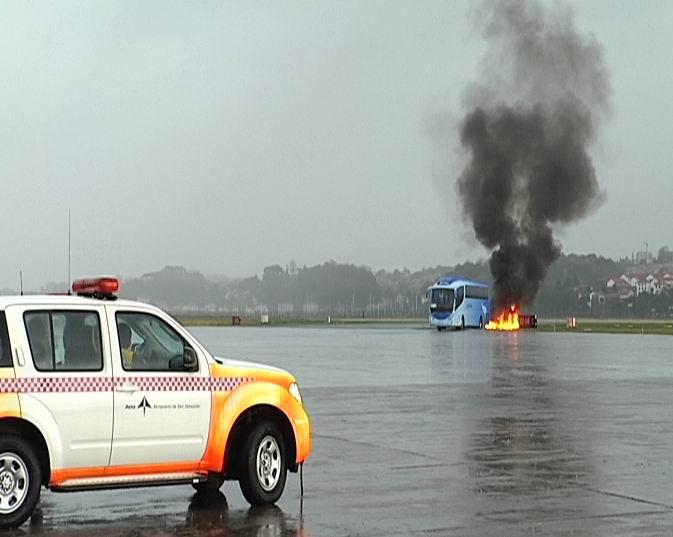 El aeropuerto de San Sebastián realiza un simulacro de accidente aéreo [1:34]