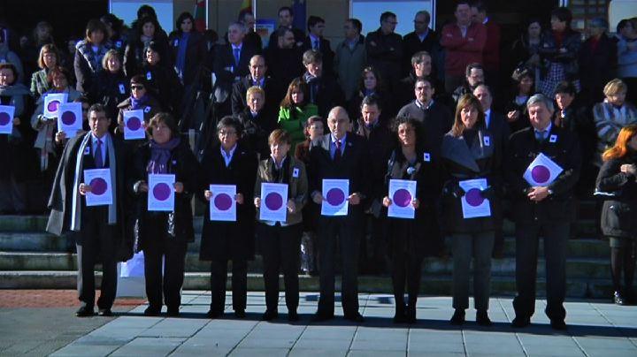 Miembros del Gobierno Vasco se concentran en Lakua contra la violencia de género [1:50]
