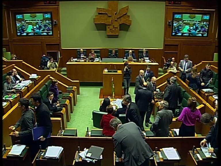 El Parlamento Vasco  aprueba los presupuestos para 2011 con una amplia mayoría de votos [1:16]