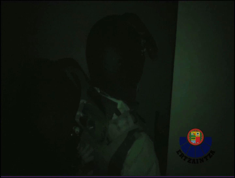 Imágenes grabadas por el Grupo de Intervención de la Ertzaintza esta pasada madrugada durante la entrada en uno de los inmuebles en los que se ha detenido a uno de los integrantes de una banda de atracadores [0:33]