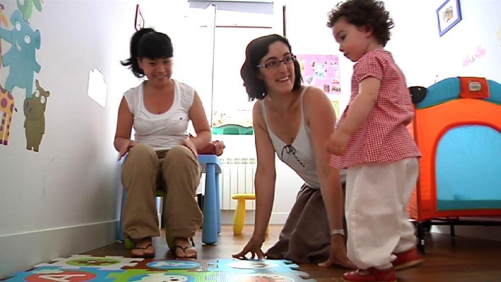 El Departamento de Empleo y Asuntos Sociales pone en marcha un plan para el cuidado de bebés en domicilios particulares [3:05]