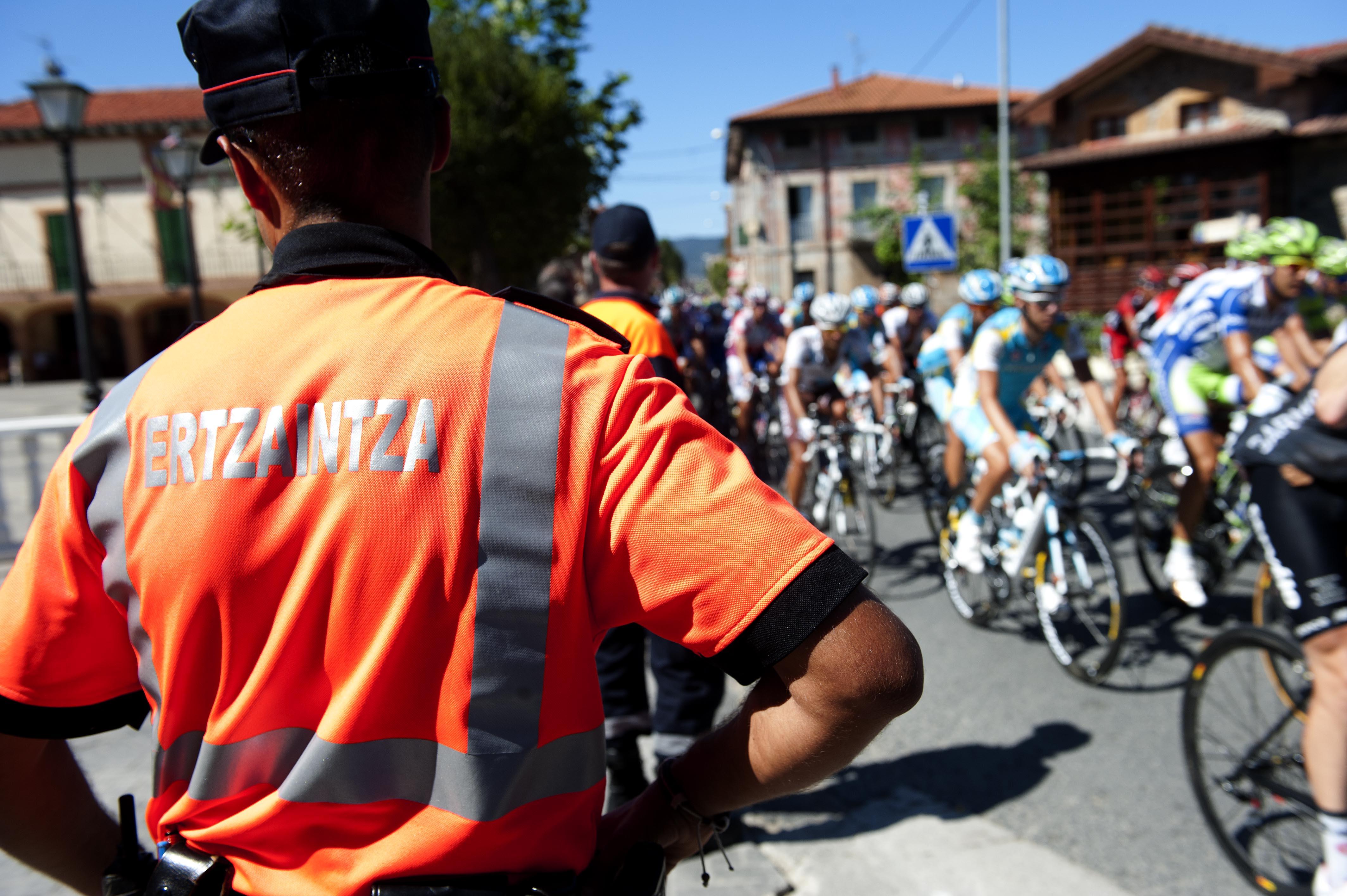 2011_09_09_interior_vuelta_agentes_marcha_cambio_peloton.jpg