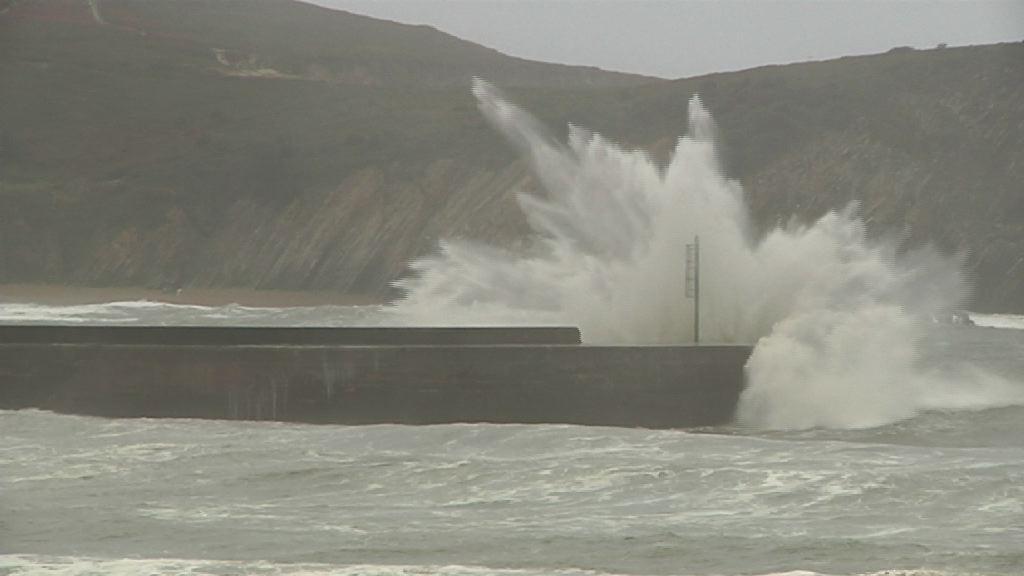 Euskadi en alerta roja por fuerte oleaje [2:52]