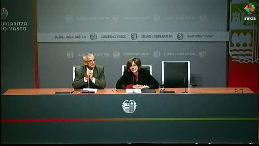 Firma del convenio de colaboración sobre la 'Enciclopedia Vasca Auñamendi' [24:12]
