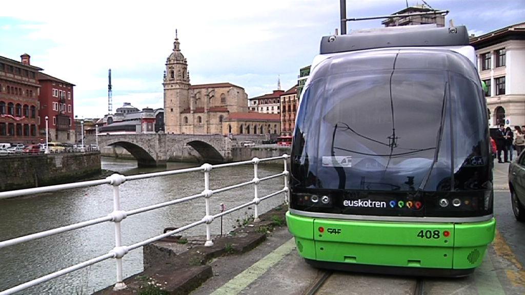 El tranvía de Bilbao llega ya hasta La Casilla [2:18]