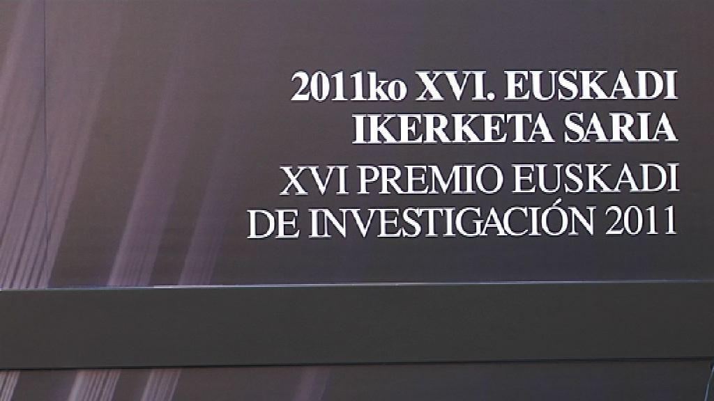 Isabel Celaá entrega a Ibon Sarasola el premio Euskadi de Investigación [62:48]