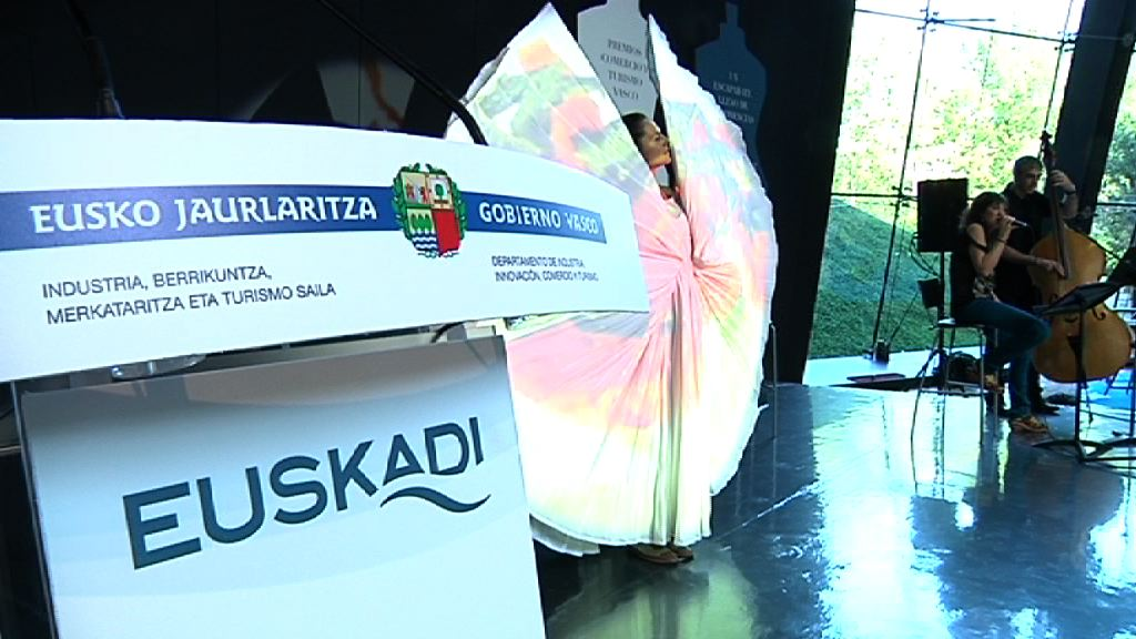 El Gobierno Vasco premia los valores del comercio y el turismo en un acto en el Museo Balenciaga [81:10]