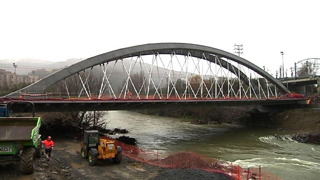 Arriola inaugura el nuevo Puente de Etxebarri, financiado a partes iguales por los Departamentos de Transportes y Medio Ambiente [3:43]