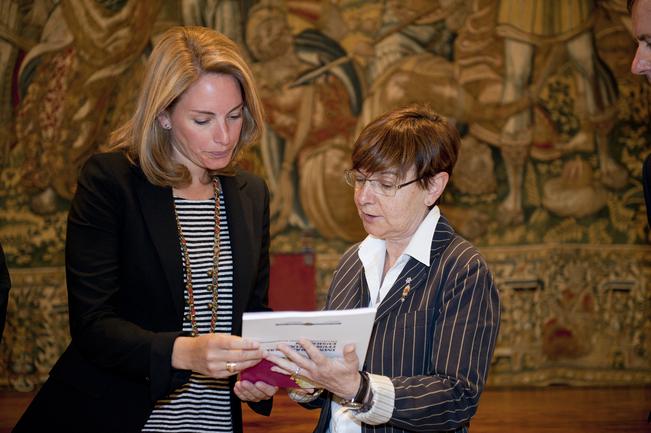 """La Consejera Zabaleta entrega a la presidenta del Parlamento Vasco el """"Pacto Social por la Inmigración"""""""