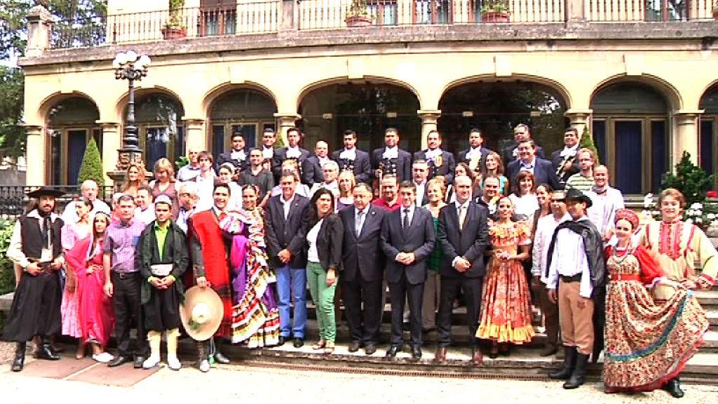 El Lehendakari recibe a los grupos que participan en la XXXVIII Edición del Festival Internacional de Folklore de Portugalete y del País Vasco  [5:07]