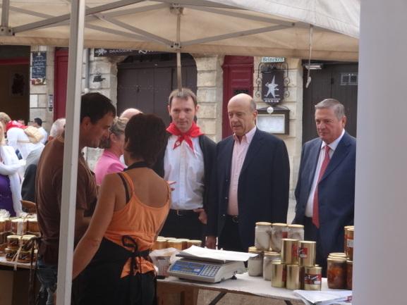 David Mugica, presidente de la euskal etxea, el alcalde de Burdeos Alain Juppé y el representante del Gobierno Vasco Julián Celaya