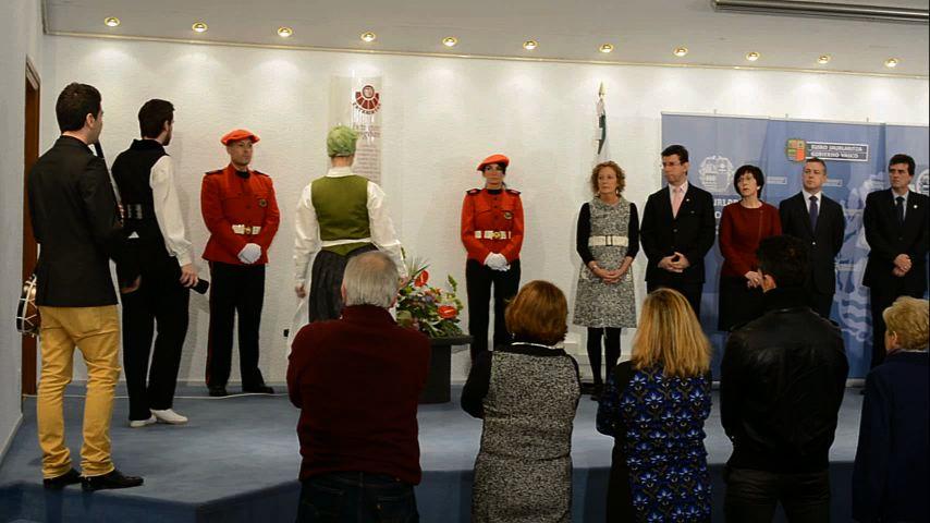 El Lehendakari ha presidido el acto de homenaje a los ertzainas fallecidos en acto de servicio [2:31]