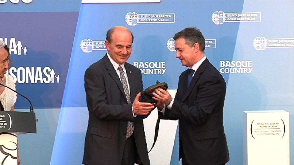 Luis Vega recibe el Premio Euskadi de Investigación 2012 [39:16]
