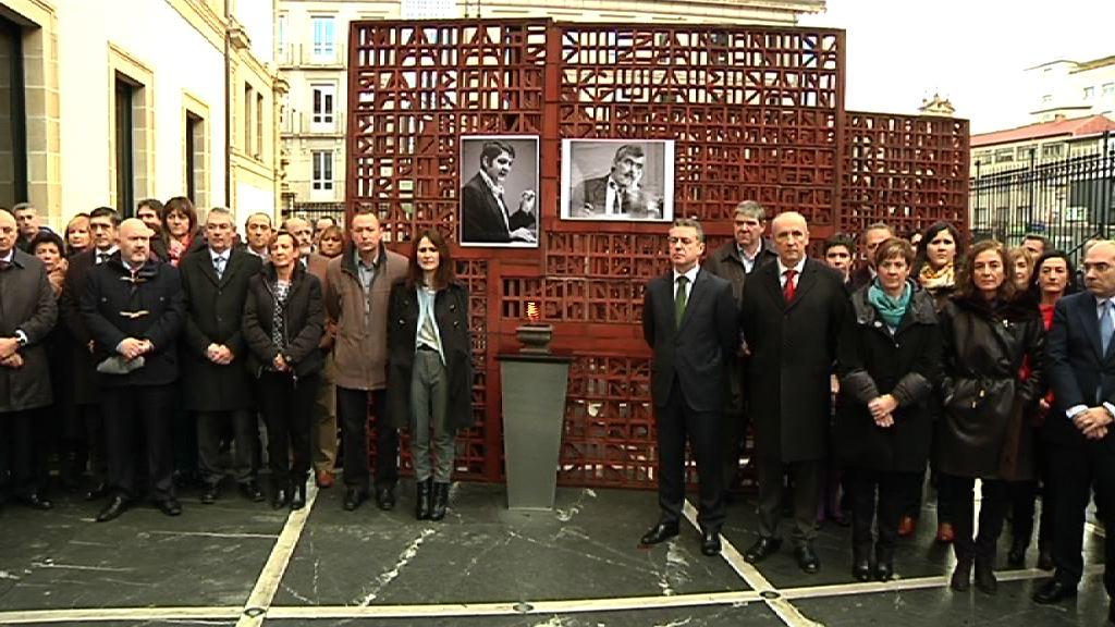 El lehendakari acude al homenaje en recuerdo de Enrique Casas y Fernando Buesa  [1:22]