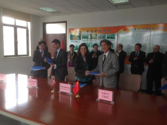 La consejera de Educación, Política Lingüística y Cultura, Cristina Uriarte, y la viceconsejera de Universidades e Investigagción, Itziar Alkorta, con responsables de la Universidad de Ciencia y Tecnología de Tianjin.