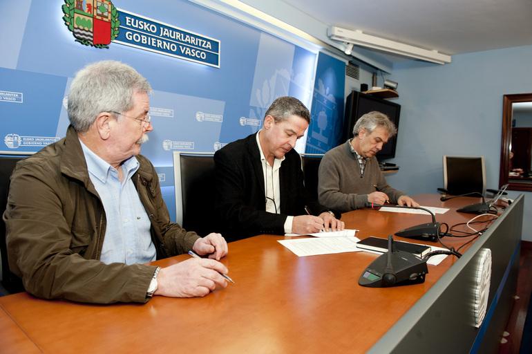 Firma de acuerdo entre Gobierno Vasco y editores de Euskadi para impulsar el préstamo digital en bibliotecas