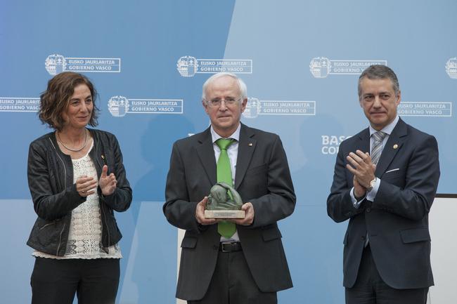 Lehendakariak 2013ko Ikerkuntzarako Euskadi Saria eman dio Gregorio Monreali