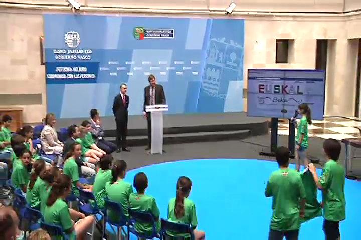 El lehendakari recibe a los ganadores de la iniciativa Gazte Irekia para construir una Euskadi  mejor -  1ª edición (34') [34:14]