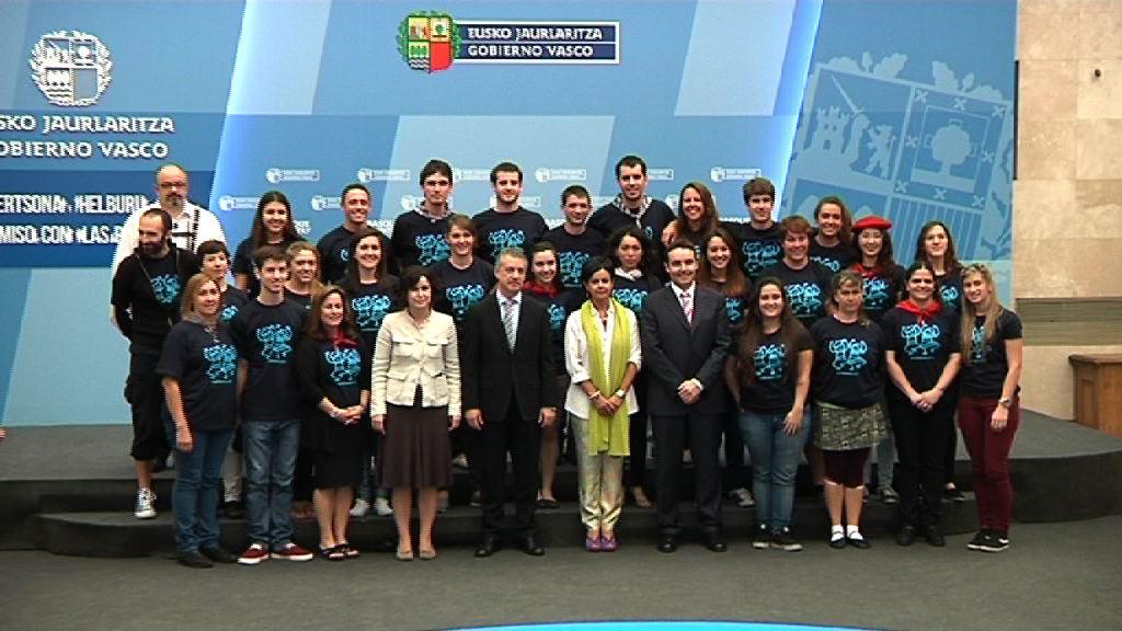 El lehendakari recibe a los jóvenes que participan en el programa 'Gaztemundu 2014' [17:57]
