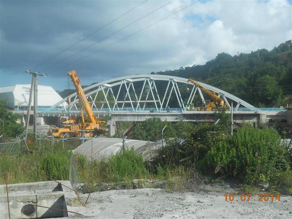 El derribo del viejo puente del colector de Añarbe en Loiola concluirá a final de mes.