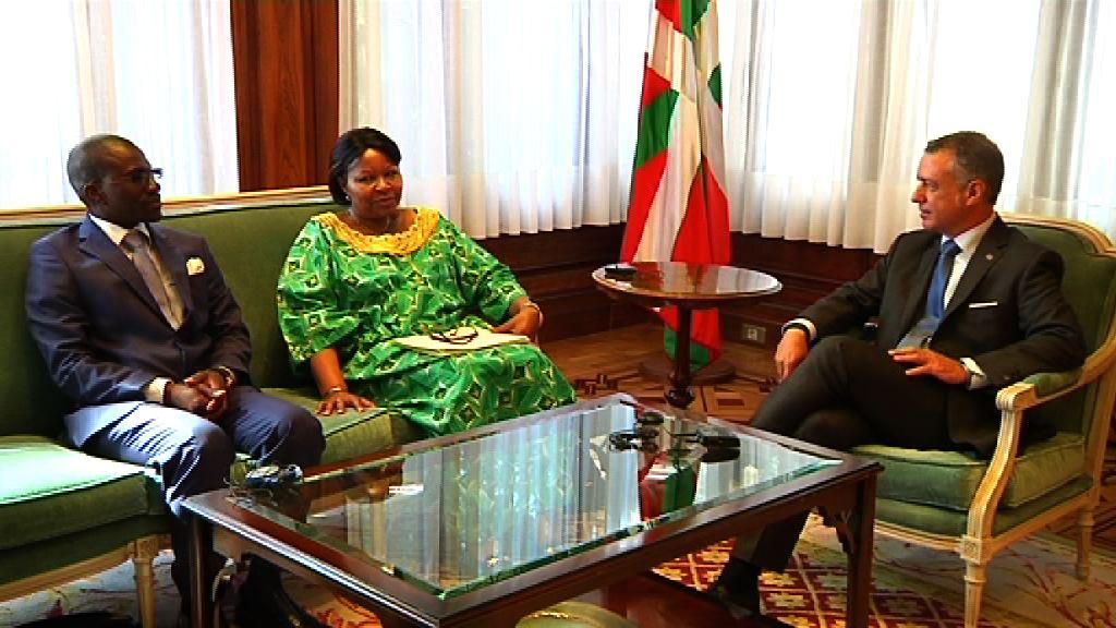 El Lehendakari recibe a la embajadora de Namibia [0:45]