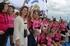 Ana Oregi y Cristina Uriarte felicitan a la tripulación femenina de Pasai Donibane, vencedora en La Concha