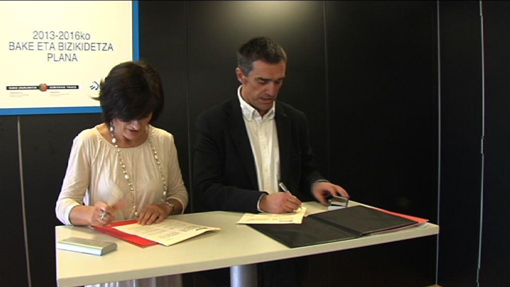Jonan Fernández y Maite Iturbe firman un acuerdo que recoge los compromisos de EITB en materia de paz y convivencia [2:28]