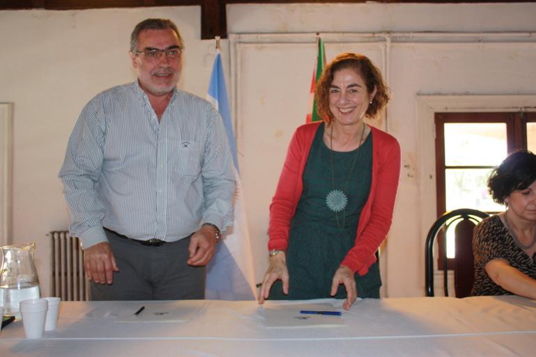 Cristina Uriarte junto con el presidente de la FEVA, Hugo Andiazabal, tras la firma del convenio en La Plata