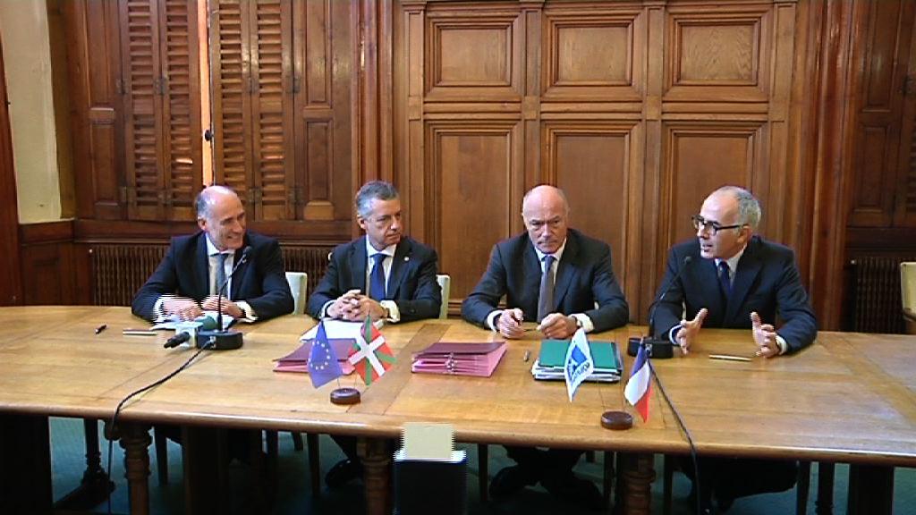 El lehendakari preside la firma de un convenio entre Universidad del País Vasco y la Universidad de Burdeos [19:09]
