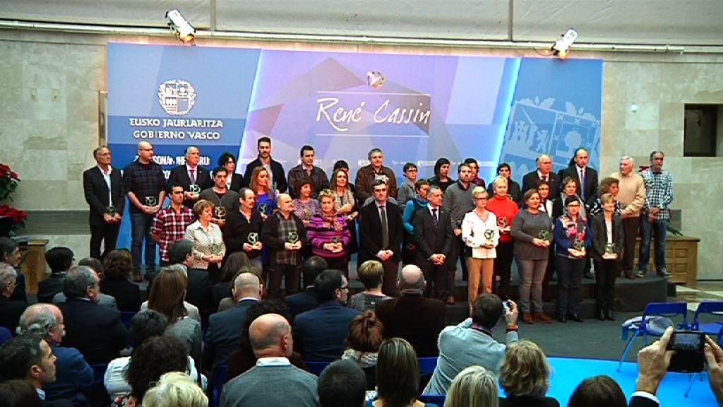 Lehendakariak 2014ko René Cassin Saria eman die 41 biktimari Bakea eta Bizikidetzaren alde egindako ahalegina eta ekarpenagatik [50:37]