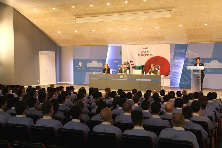 La responsable vasca de Seguridad asiste en Arkaute a la apertura del curso de formación de 124 hombres y mujeres que integrarán la 24 Promoción